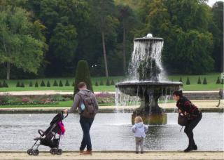 Fontainebleau.Family enjoying fountain.OCT 2017