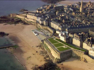 St Malo.aerial view of western rampart from bastion of Holland to Bidouane tower.wikipedia