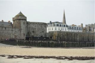 St Malo.Tour Bidouane & breakwater piles.internet