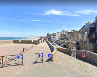 Saint-Malo.Ramparts walk resumes on left.google