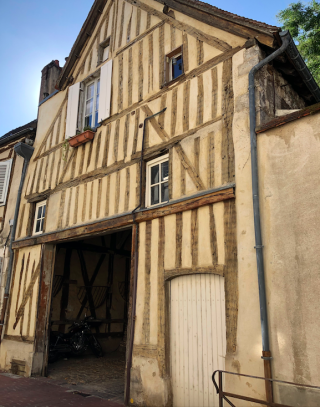 Auxerre.old half-timbered stables.Sept2018