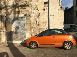 Vienne  2019.orange car by ancient building.